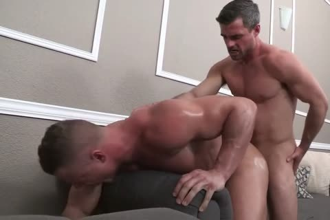 Bodybuilder Takes It Like A hooker - bareback